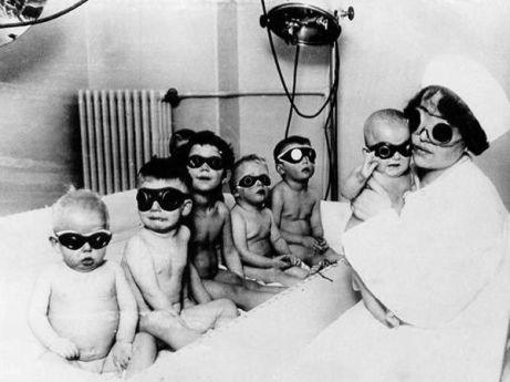 Enfermera y niños con lámpara solar