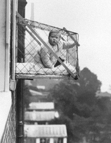 Una jaula externa para que los niños reciban suficiente sol durante el día. Londres, 1926.